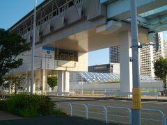 有明テニスの森駅まで来ると、向こう側にスタンドのイスが見える。これもオリンピック用?