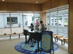福井駅に戻り、えちぜん鉄道の駅には駅ピアノが置いてあるのを発見。地元の高校生が弾いていました。