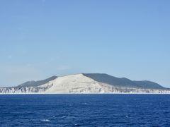 2日目、航海中で見かけた白壁の島。 船長から船内放送で島の名前の案内がありましたが、メモしなかったので名前がわからずじまい。 どなたかご存知の方、御教授いただけますと大変嬉しいです。