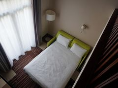 ホテルへ。メザニンタイプの清潔なお部屋で快適でした。
