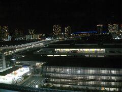 部屋は、豊洲市場青果棟が見える南側だった。周りに高い建物はなく、見晴らしがよい。左に延びる道路は首都高晴海線で、遠くの青い線は東京ゲートブリッジ。