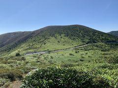山田峠の道路から少し小高いところへ登ると目の前には白根山がキレイに見えました。レストハウスのある場所は駐停車禁止で写真も撮れなかったので、こちらに回って来て大正解でした。