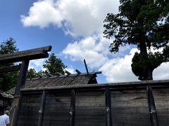 この板垣の中は撮影禁止です。「撮影禁止」の立て看板もありました。 板垣の中は神聖な場所であること、またご神前は「心静かにお参りをするためだけの場所」であることが理由です。  (お参り後 12:12)
