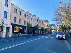 1924年にはハーバーブリッジが開通し、シドニー北部を結ぶ道路や鉄道がロックスを通ることになったのですが、美観を保っていてシドニー観光名所となってます。  ジョージ通りは、月曜だからか?意外に閑散としていました。 土日にフリーマーケットが立つので、人混みが嫌じゃなければ、土日の方が活気があって楽しいかもしれません。
