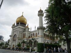 裏側からサルタンモスクに到着。