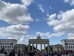 ブランデンブルク門!  青空に映えるー! 前来たときは夜だったので昼に来れてよかったー!