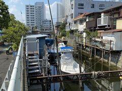 旧東海道を少し外れると品川浦の船溜まりがあります。 かつては取れた魚を江戸城に収める漁村だったそうですが、今は釣り船や屋形船が停泊しています。