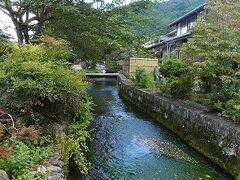 普通の家の前に川が流れてるんですねぇ。