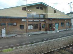 音威子府駅は、駅舎を出てすぐのところにはホームがない構造になっています。