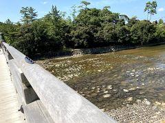 宇治橋は五十鈴川に架かる長さ101.8m、幅8.42mの木造の反り橋で、聖地である宮域と俗界の境界に架かると言われます。