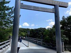 最後にもう一度、宇治橋の俗界側の鳥居です。  20年に一度の式年遷宮によって社殿や神宝が造り替えられますが、この宇治橋までも造り替えられることを知りびっくりしました。  (13:36)
