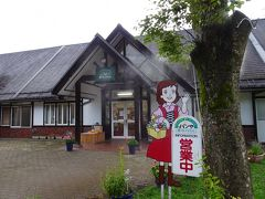 こちらの道の駅はクロワッサンが人気の、その名も「パンや」が有名。 8時の開店まで木陰でのんびり過ごします。