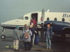 9時になってようやく飛行機が飛べる状態になったらしく、空港内外が動き出した。 そして搭乗も順次始まった。といっても放送があるわけではなく、搭乗口の近くへ行って、耳をすましていないとならない。  9時半ころ、私の乗るフライトの搭乗が始まった模様。 ネパール国内にいくつかある航空会社の1つ、ブッダエアーの飛行機。