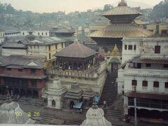 地区の中心にあるパシュパティナート寺院。 こちらはヒンズー教の寺院であり、ヒンズー教徒以外は中に入ることができない。