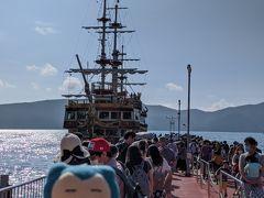 まずは箱根海賊船。芦ノ湖を元箱根から桃源台まで。逆回りルートですが、クルマで来た人が一周乗るせいか、結構並んでました