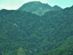中央の高い山が日本百名山、日光白根山(標高2,578m) 関東で最も高い山です。