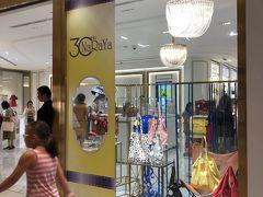 バンコクにいるときによく立ち寄るナラヤ。 あちこちに支店があるが、セントラルワールド店が一番品揃えがいい。 最近は中国人御用達だけど、彼らは旧正月が本番、年末年始はあまり混みません。