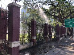 ちょっと早いが夕食を食べに行きます。 サイアムから歩いてルンピにー公園に来ました。 芝生に水を撒いているが、柵を飛び越えて歩道も水浸しで注意が必要。