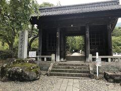 気を取り直してぐるっと回り込んでようやく到着。 駒ヶ根市の天台宗別格本山宝積山光前寺。大きな寺院で平日にも関わらず参拝者がそこそこいます。
