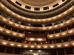 この日の夜はオペラのチケットを取ってました。 奮発して良い席。