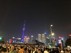 人がやばすぎてびっくりしました😂 コロナの今は考えられないくらいの人口密度! 日本の花火大会の日みたいな。毎日これ??! 景色は綺麗やった~!香港のシンフォニーオブライツより綺麗に見えました。笑