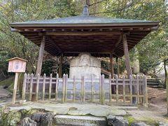 北側の入り口を入ってすぐに、石造湯釜(県指定文化財・通称「湯釜薬師」)がありました。 時間があまりないので少し遠くから見学。