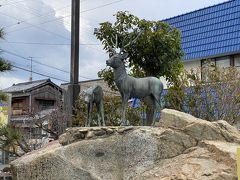 松山市での時間ロスがありましたが、特急のおかげで30分くらいで伊予北条に到着しました。 駅を出てすぐに鹿の銅像が。かわいい。 船着場までの距離はネット上での情報がバラバラで、徒歩で5~15分という感じ。  今の時間は9時28分。 9時33分の船に乗りたい!!路面電車の乗り間違いがなければ乗る予定の船!!