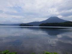 湖畔をゆっくり歩くことはできませんでしたが、雄阿寒岳をバックに雄大な阿寒湖の姿を見ることができました。