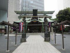 虎ノ門金刀比羅宮 メトロ銀座線・虎ノ門駅3番出口から80mほど、高層ビルが建ち並ぶ中に堂々とした総檜造りの拝殿が構えています。拝殿の扉には金の金具が取り付けられています。拝殿手前に建つ1821年に築かれた銅の鳥居は、丸亀藩京極家の江戸屋敷にあったもので、亀や龍、獅子、鳳凰などが巻きつき趣と歴史が感じられました。