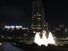 夜のお散歩。山下公園から見たホテル。