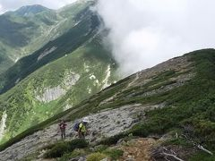 今日の中間点・檜尾岳に登る同行の2人