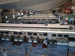 羽田空港国際線チェックインカウンターには誰もいない。 9月18日22時頃 ANAのカウンターでは、オーストリアの入国要件を満たすかどうかについて、1時間以上、パスポートのビザや、必要書類を検査された。EU入国より、日本出国時の検査の方がずっと厳しい。乗り継ぎの、フランクフルトでは入国検査が厳しくなってるので、注意してくださいねと言われた。