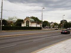ここからは、地下鉄駅カールスプラッツがすぐそば。