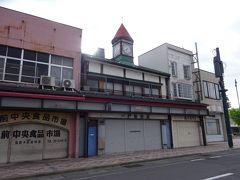3日目、6:30に起きて朝の散策です。弘前パ-クホテルからお城方向約200mの所には、赤い三角屋根の時計台がある一戸時計店があります。この建物は、明治30年にに建てられ、大正9年に一戸時計店が譲り受けたものです。お店は残念ながら2018年10月に閉店したため、外観のみの見学となりますが、明治期のたたずまいを残しています。