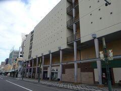 さらに約200m歩くと、青森県で展開している地元の百貨店(中三)です。1962年(昭和37年)に開業し、色々あったようですが現在も頑張っています。  小さい頃は地元の百貨店に行くのが楽しみであったG(爺)は、地元の百貨店は残って欲しいなぁ。