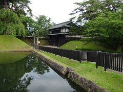 ホテルから18分(1.2km)で、弘前城公園の正面玄関とも言える追手門に到着。この追手門は、園内に現存する他の4つの門同様2層の櫓門で、着色しない素木造りとなっていています。写真の左下が外濠になります。  園内散策ルートのスタ-トは、やはりこの追手門からになります。