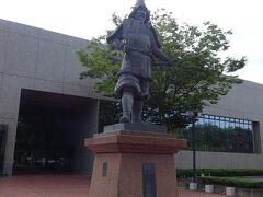 東門から1~2分の所に「弘前文化センター」があり、その入り口に銅像が立っています。何回も車で前を通り存在は知っていましたが、やっと誰かわかりました。陸奥国弘前藩初代藩主津軽為信の銅像で、奇策・急襲・毒殺を用いて戦国大名となった人物のようです。ただ関ヶ原の合戦では東軍に与しながら、過去に恩を受けた石田三成の子女を戦後に津軽で引き取ったという、信義に厚いところもある武将のようです。
