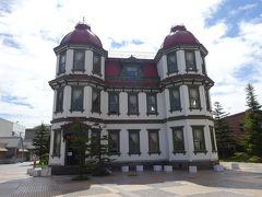 山車展示館の目の前には、明治39(1906)年に建造された旧弘前市立図書館があります。左右両端に八角形の赤いド-ム型の塔や数多い素敵な窓が印象的な洋館です。  弘前は城下町なので武家屋敷が立ち並ぶ街を想像しがちですが、この周辺は明治・大正のロマンが薫る洋館が集中しています。