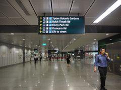 MRTダウンタウン線に乗って、ブギス駅からボタニックガーデン駅へ。 ボタニックガーデン駅は明るくて清潔な印象。 8時過ぎだったので、これから通勤する人達の姿が多く見られました。
