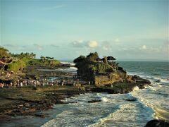 Pura Luhur Tanah Lot(タナロット寺院)  02月13日(金)  17:50  遅いランチをのんびり楽しんだ後は インド洋に沈む夕陽を眺めようと 又1時間程走ってタナロット寺院へ  バリ六大寺院のひとつで 海に浮かぶ大岩に建てられて 干潮時にだけ渡れる神秘的な寺院。
