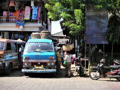 Pasar Ubud(ウブド市場)  02月14日(土)  10:20  Jl.Raya Ubud(ラヤ ウブド通り)を挟んだ 南側にあるウブド市場はいかにも アジアの市場らしい混沌とした雰囲気~~♪♪