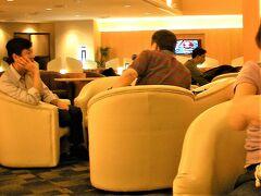Singapore Changi Silver Kris Lounge (チャンギ シルバー クリス ラウンジ)  02月14日(土)  19:30  チャンギに定刻(18:55)到着後 出発までラウンジでのんびり~~  SQ632便(20:40)にてバンコクへ 定刻(22:05)着陸後 私は降機して 娘はそのまま東京へ  初めてのバリ島を娘と一緒に 目いっぱい楽しんだ3日間でした~~♪♪  続きは ★娘と楽しむバリ&バンコク一人旅♪ バンコク一人旅編(02/14~18)へ  https://4travel.jp/travelogue/11643602