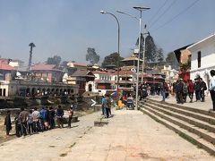 ネパール最大のヒンドゥー教寺院パシュパティナートです。 ガンジス川の支流であるバグマティ川のすぐそばにあるパシュパティナートにはヒンドゥー教徒の遺体を焼いて灰にする火葬場があります。