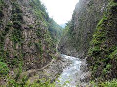 パノラマステーションの裏側に広がる清津峡の絶景 清津川を挟んで切り立つ巨大な岸壁がV字型の大峡谷。 岩肌は「柱状節理」と呼ばれる独特の形状で、清流・清津川のエメラルドグリーンとのコントラストは見事です。