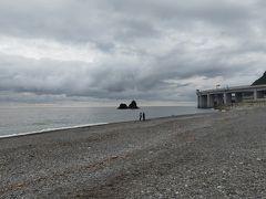 名前が気になって立ち寄ったヒスイ海岸の道の駅 道の駅は閉まっていてヒスイを探しに海岸へ