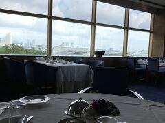 5階のノルマンディで朝食です。ゆとりのあるテーブル間隔。