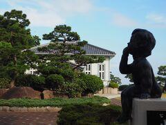 夕食まで時間があるから、竹島へ行ってみましょ。 明日、竹島観光ツアーがあるから下見ね。  明日の集合場所はここ、海辺の文学記念館。