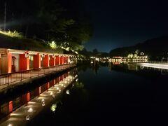 津軽金山焼回廊  池の周りの一角には、朱色の柱に焼物の灯篭が。