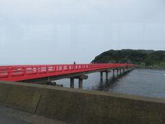 朱に塗られた雄島に渡る橋