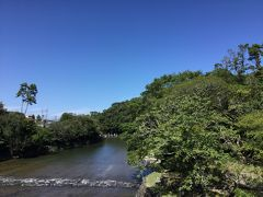 伊勢神宮の五十鈴川。 とても涼しげですが